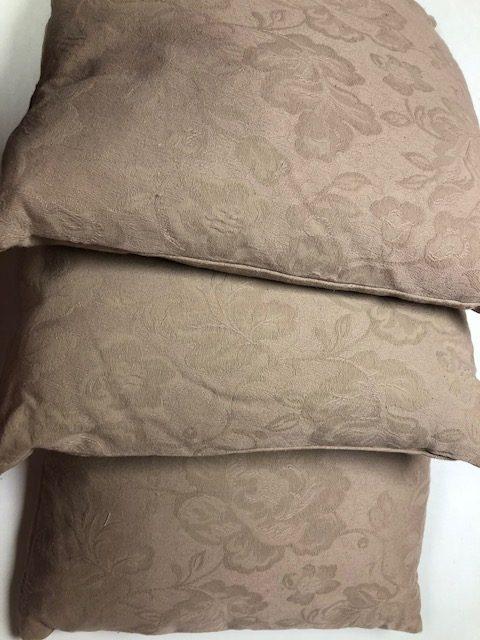Cushion cover in purple spot